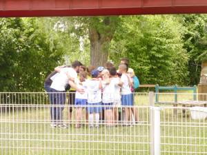 Avant le match, les coachs donnent les derniers conseils, et motivent les enfants